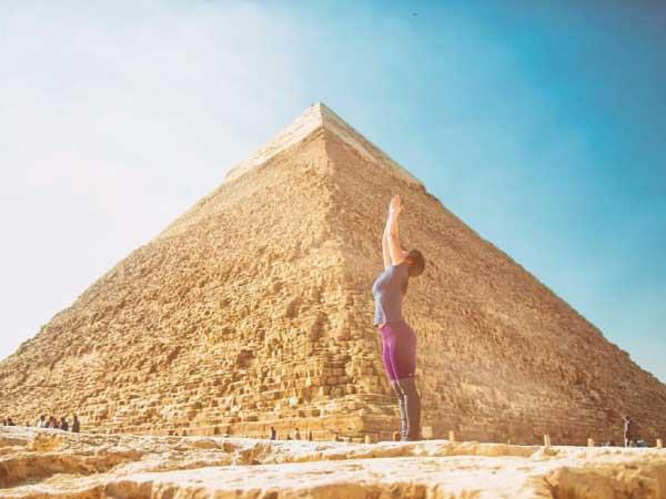 ピラミッドでヨガ